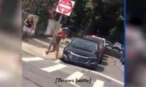 美国非裔女子外出慢跑 白人女子追着骂还用玻璃瓶砸