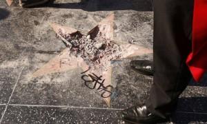 """好莱坞星光大道上的""""唐纳德·特朗普之星""""又被破坏,破坏者还是他!"""