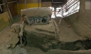 """埋藏近2000年!意大利庞贝古城发掘出一辆""""几乎完好无损""""的罗马战车"""