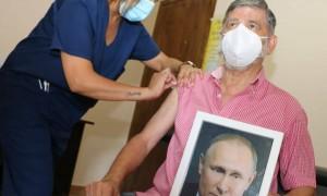阿根廷一市长手拿普京肖像接种疫苗