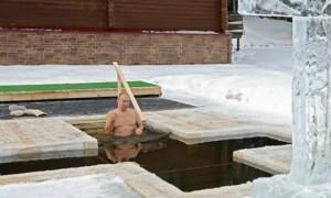 普京冒严寒浸泡冰水庆祝主显节,画面曝光